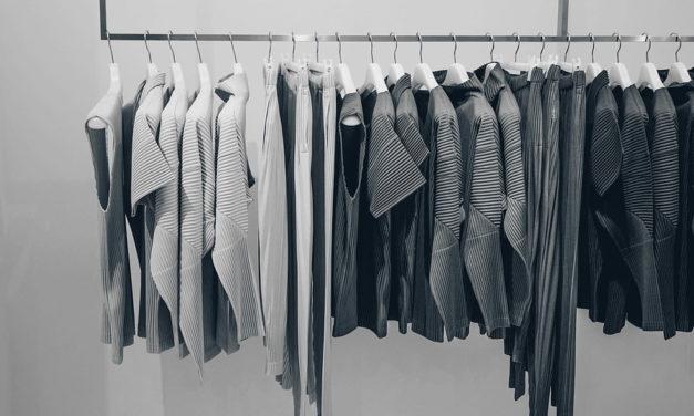 Pour ranger les vêtements, j'utilise un bac sur mesure !