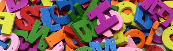 Des boutons fantaisie colorés et prenant la forme de lettres de l'alphabet.