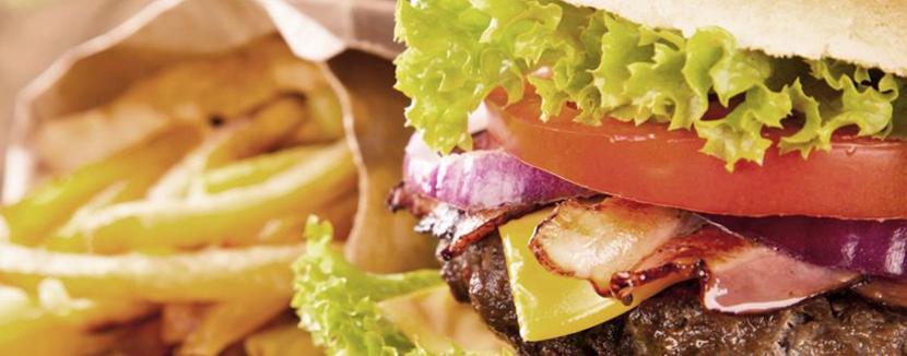 Livraison hamburger et frites à domicile.
