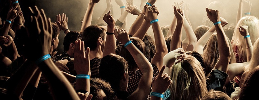 Personnes assistant à un concert et possédant un bracelet identification