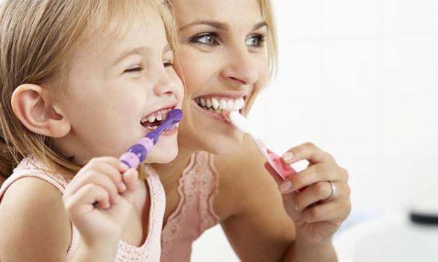Pour aider le brossage des enfants : comment enseigner vos enfants