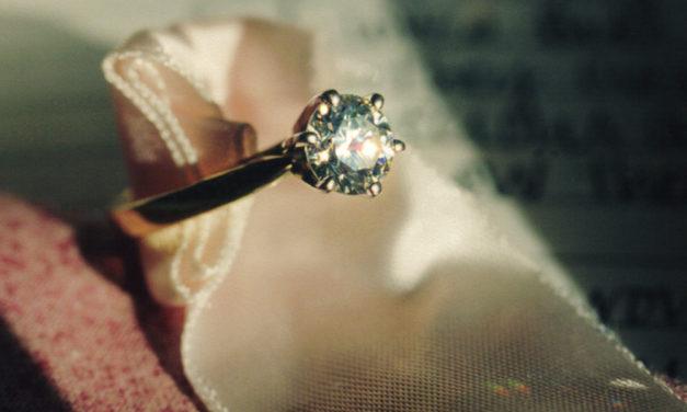 Pourquoi choisir les solitaires diamants pour sa bague de fiançailles ?